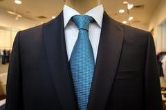 Czarny garnitur z białą koszula z błękitnym krawatem w rysunku i Obrazy Royalty Free