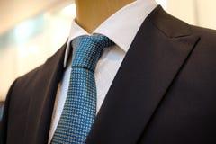 Czarny garnitur z białą koszula z błękitnym krawatem w rysunku i Zdjęcie Stock