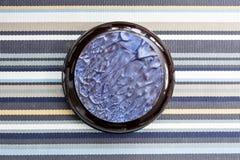 Czarny glazerunek i błękitny czekoladowy wystrój Tort na stole pasiasty tablecloth Glansowany deser słuzyć z herbatą lub kawą Obrazy Stock