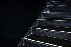 Czarny granitowy schody oddolny odbijać w bl iść diagonally zdjęcia royalty free