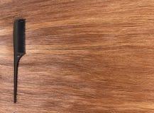 Czarny hairbrush fryzjer na błyszczącym brown włosy Obrazy Royalty Free