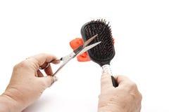 Czarny Hairbrush w ręce z nożycami Obrazy Royalty Free