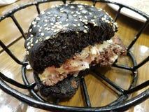 Czarny hamburger Fotografia Royalty Free