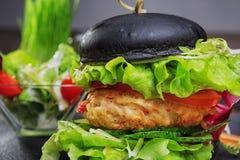 Czarny hamburger z kałamarnicą Obraz Royalty Free
