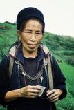 czarny hmong plemienia członka kobiety odprowadzenia dom po tym jak długa dzień praca przy jego gospodarstwem rolnym zdjęcie stock