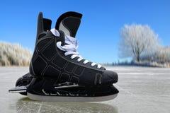 Czarny hokej jeździć na łyżwach na lodowym lodowisku zdjęcie royalty free