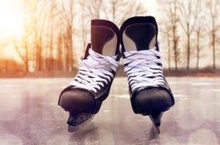 Czarny hokej jeździć na łyżwach na lodowym lodowisku obraz royalty free