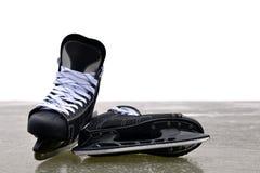 Czarny hokej jeździć na łyżwach na lodowym lodowisku obraz stock