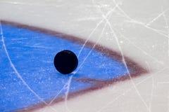 czarny hokeja lodu krążek hokojowy lodowisko sport na śnieg na zimę obrazy royalty free