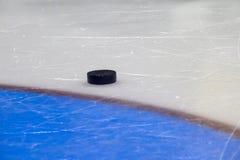 czarny hokeja lodu krążek hokojowy lodowisko sport na śnieg na zimę zdjęcia stock