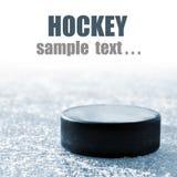 Czarny hokejowy krążek hokojowy Obrazy Royalty Free