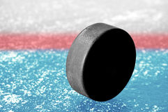 Czarny hokejowy krążek hokojowy Fotografia Royalty Free