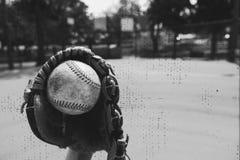 Czarny i biały baseball w rękawiczce obrazy stock