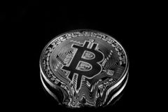 Czarny i biały fizyczny Bitcoin waluty stapiania crypto puszek ilustracja wektor