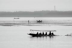 Czarny i biały łódź i morze Zdjęcia Royalty Free