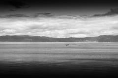 Czarny i biały łódź w Norwegia morza krajobrazu tle Obrazy Royalty Free