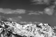 Czarny i biały światła słonecznego śnieżne góry przy ładnym słońce wieczór Obraz Royalty Free