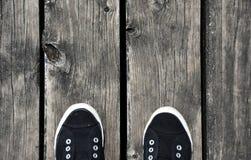 Czarny i biały buta stojak na starej drewnianej molo podłoga Zdjęcie Royalty Free