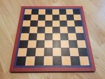 Czarny i biały chessboard lub szachownica na drewnianej podłoga fotografia royalty free