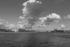 Czarny i biały chmurny niebo nad rzeką fotografia royalty free