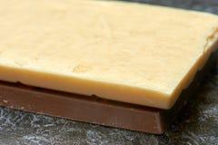 Czarny i biały dojna czekolada na stołu zakończeniu up Obraz Stock