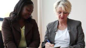 Czarny i biały dojrzałe kobiety pracuje wpólnie zbiory wideo