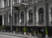 Dom z zielonymi roślinami Zdjęcia Royalty Free