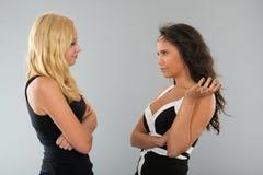 Czarny i biały dziewczyny opowiada each inny Zdjęcia Royalty Free