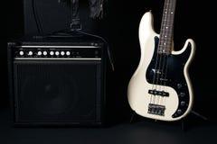 Czarny i biały elektryczna basowa gitara z amplifikatorem, dźwigarka kabel, fotografia royalty free