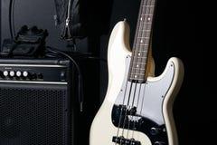 Czarny i biały elektryczna basowa gitara z amplifikatorem, dźwigarka kabel, ciężka skrzynka obraz royalty free