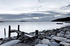Czarny i biały fotografia niebo i morze przy zmierzchem fotografia stock
