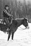 Czarny I Biały fotografia robotnik na ranczo z wielostrzałowym karabinem Zdjęcia Stock