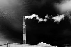 Czarny i biały fotografia z drymbą i dym, symbol przemysłowy zanieczyszczenie Obraz Stock