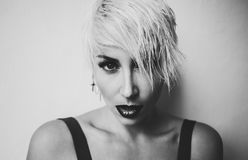 Czarny i biały fotografii blondynka z krótkiego włosy modą zdjęcie stock