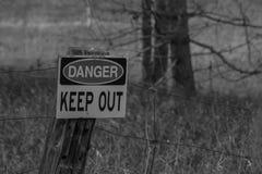 Czarny I Biały fotografii niebezpieczeństwo Utrzymuje Out Szyldowy Obrazy Stock