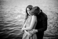 Czarny i biały historia miłosna na tle woda Fotografia Stock