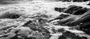 Czarny i biały i błękitny morze Zdjęcia Stock