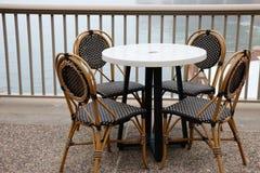 Czarny i biały kawiarni krzesła, stół i Obrazy Stock