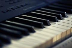 Czarny i biały klucze nowożytny muzykalny syntetyk obrazy stock