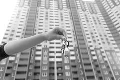 Czarny i biały konceptualny wizerunek ręki mienia klucze od nowego h Obrazy Royalty Free