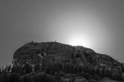 Czarny I Biały krajobraz z słońcem Silhouetting górę Zdjęcia Royalty Free