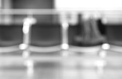 Czarny i biały lotnisk siedzenia z torby bokeh tłem Fotografia Royalty Free