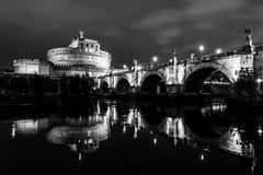 Czarny i biały noc widok Castel Sant «Angelo w Rzym, Włochy zdjęcia royalty free