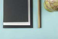 Czarny i biały notatniki, ołówki i kuli ziemskiej piłka Zdjęcie Stock