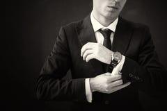 Czarny i biały obrazek załatwia jego koszula biznesowy mężczyzna Zdjęcia Stock