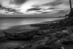 Czarny i biały Odosobniona i pusta rybak łódź od Sri Lanka Łódź na tropikalnej plaży z morzem i wyspą na plecy obrazy stock
