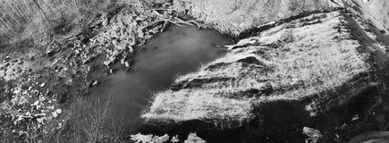 Czarny i biały panoramiczny wizerunek Młyńscy zatoczka spadki pomagać buduje przemysłu w Cleveland, OHIO - zdjęcie royalty free