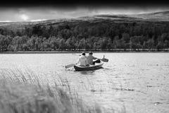 Czarny i biały para turyści pływa w łódkowatym tle Zdjęcia Royalty Free