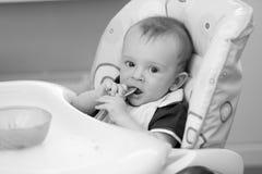 Czarny i biały portret 9 miesięcy starego dziecka obsiadania w highcha Zdjęcie Stock