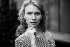 Czarny i biały portret patrzeje kamerę kędzierzawa dziewczyna Obraz Royalty Free